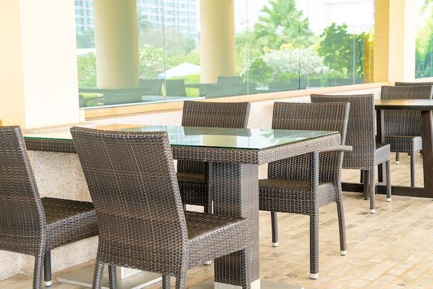 Mesas e cadeiras vazias em um terraço