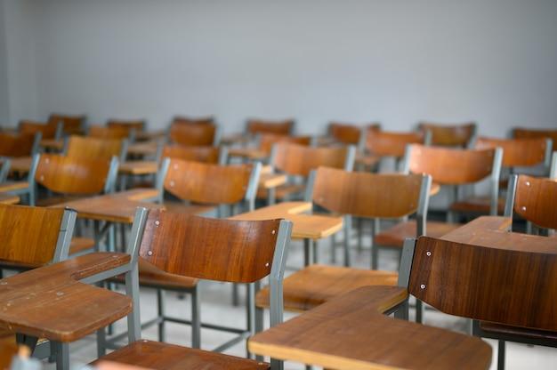 Mesas e cadeiras vazias na sala de aula da universidade