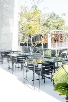 Mesas e cadeiras vazias no terraço do café