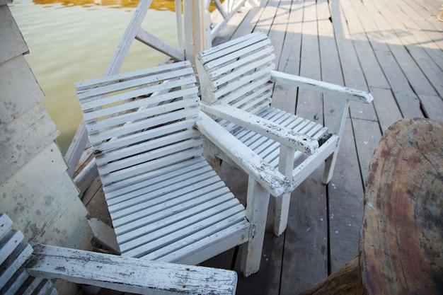 Mesas e cadeiras.