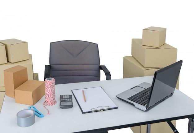 Mesas e equipamentos de escritório, computador portátil. suprimentos para remessa de pedidos comerciais e on-line, entrega e embalagem.