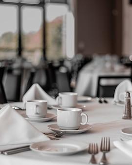 Mesas limpas em um restaurante agradável, vazio e limpo