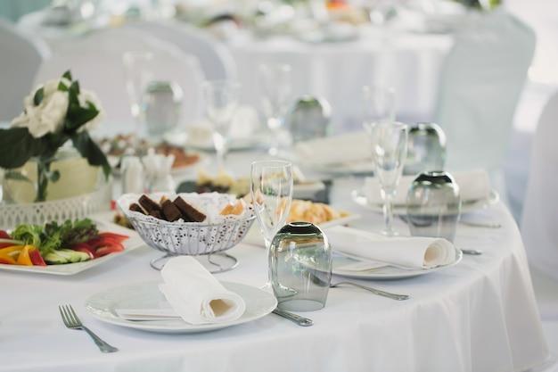 Mesas lindamente decoradas para convidados com enfeites