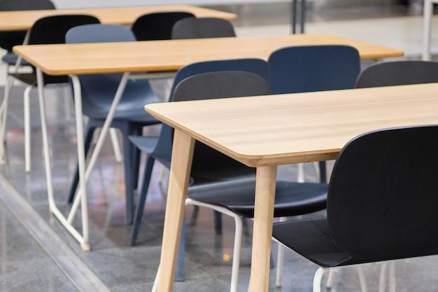 Mesas modernas e cadeiras pretas em shopping centers.