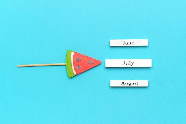 Meses de verão do calendário julho, junho, agosto e pirulito de melancia.