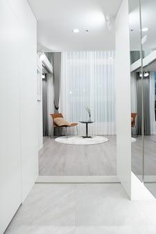 Mesinhas, cadeiras e espelhos na sala de estar