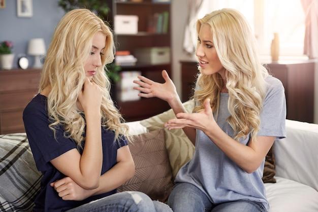 Mesmo as irmãs gêmeas têm problemas com relações