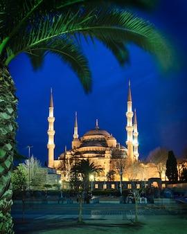 Mesquita azul à noite em istambul, turquia