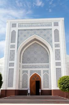 Mesquita branca em tashkent no verão. uzbequistão.