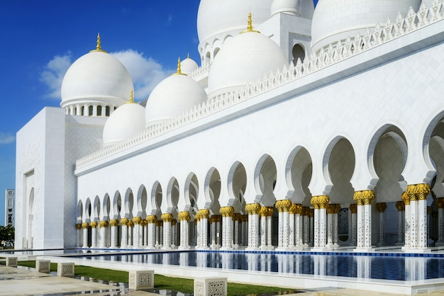 Mesquita branca estilo árabe