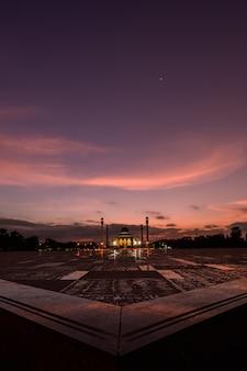 Mesquita central bonita com pôr do sol em songkla, songkla province, tailândia