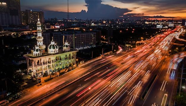 Mesquita com estrada na hora do crepúsculo