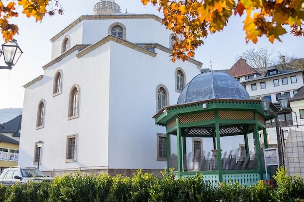 Mesquita com fonte em frente ao sadrvan