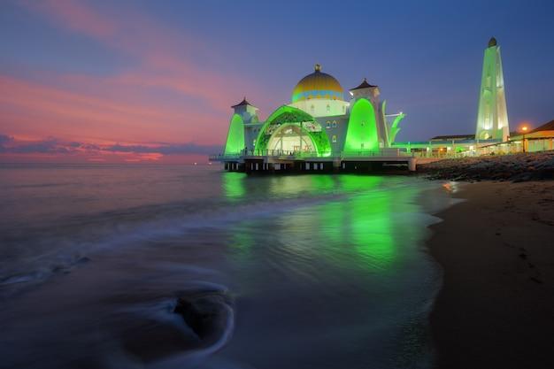 Mesquita de estreito de malaca (masjid selat melaka), malaca, malásia