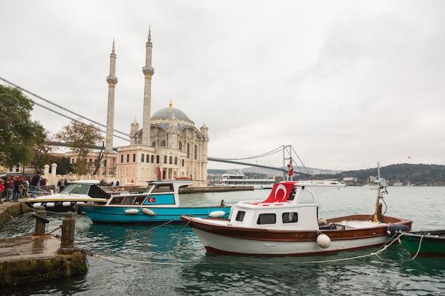 Mesquita de ortakoy e ponte do bósforo em istambul, turquia