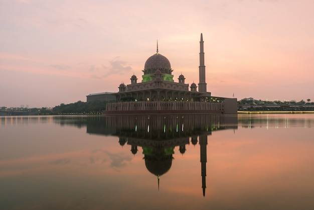 Mesquita de putrajaya entre o sunsire em kuala lumpur, malásia.