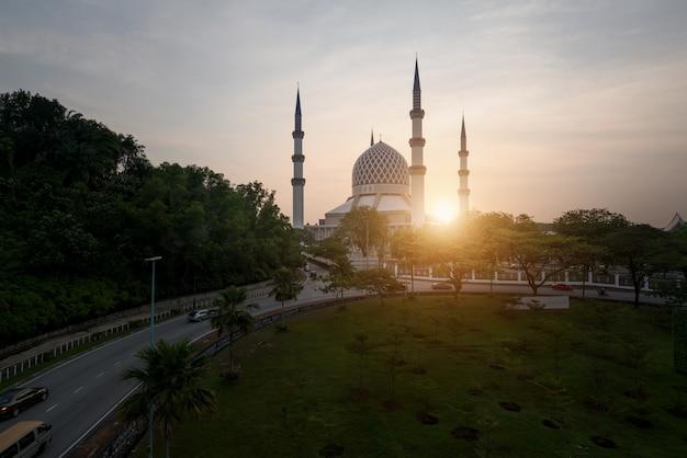 Mesquita de salahuddin abdul aziz shah durante o nascer do sol situado em shah alam, selangor, malásia.