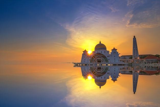 Mesquita do estreito de malaca (masjid selat melaka), é uma mesquita localizada na ilha artificial de malaca, perto da cidade de malaca, na malásia
