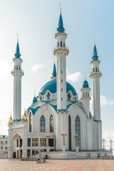 Mesquita muçulmana contra o céu azul e nuvens
