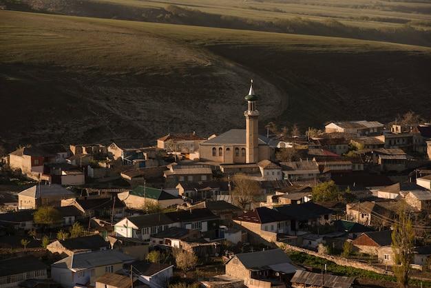 Mesquita na aldeia de verkhniy karanay contra o pano de fundo de colinas e montanhas verkhniy karanay daguestão rússia