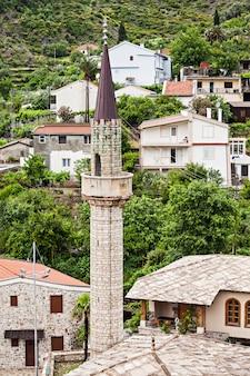Mesquita na paisagem de stari grad