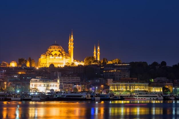 Mesquita suleymaniye nas margens do bósforo à noite