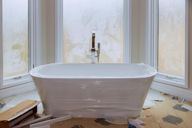 Mestre banho em casa nova construção com banheira branca