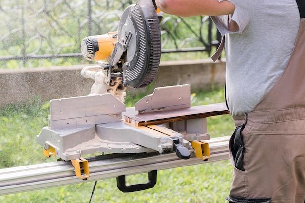 Mestre carpinteiro trabalhando ao ar livre na oficina.