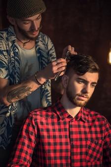 Mestre corta cabelo e barba de homens