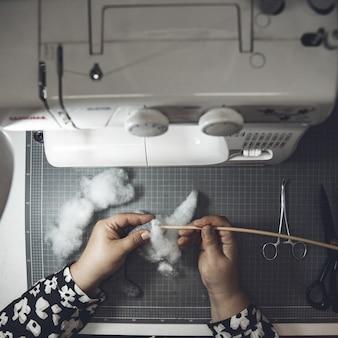 Mestre cusing algodão e máquina de costura