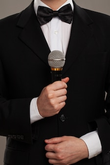 Mestre de cerimônias com microfone