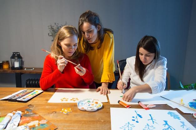 Mestre de desenho que supervisiona o trabalho dos alunos