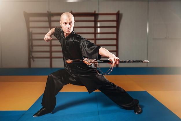 Mestre de wushu treinando com espada, artes marciais