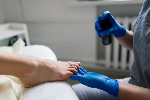 Mestre durante uma pedicure. o processo de pedicure profissional. o conceito de beleza e saúde.