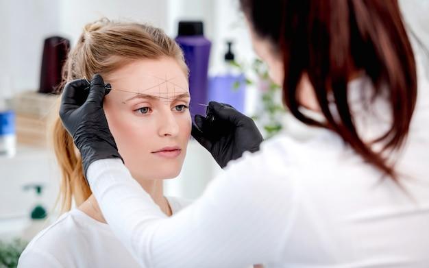 Mestre em fazer a maquiagem definitiva das sobrancelhas