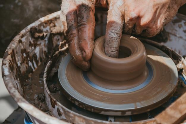 Mestre faz uma panela de barro