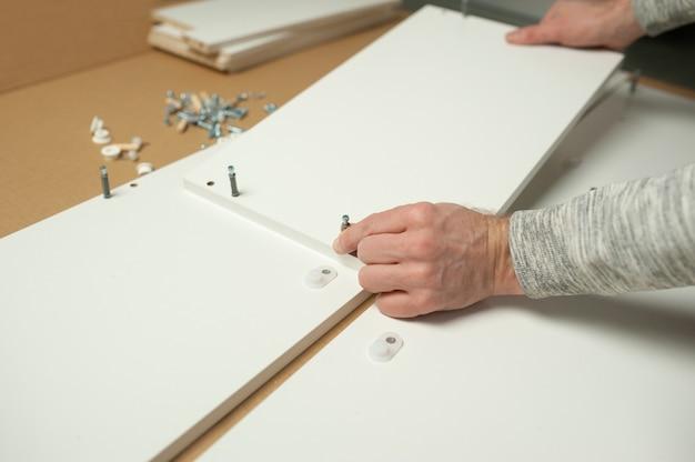 Mestre, homem, instala a montagem de móveis, faça você mesmo. consertos domésticos