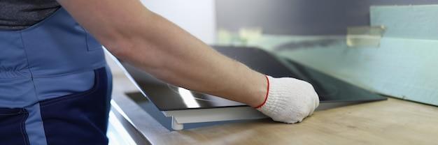 Mestre instala fogão elétrico no armário da cozinha Foto Premium