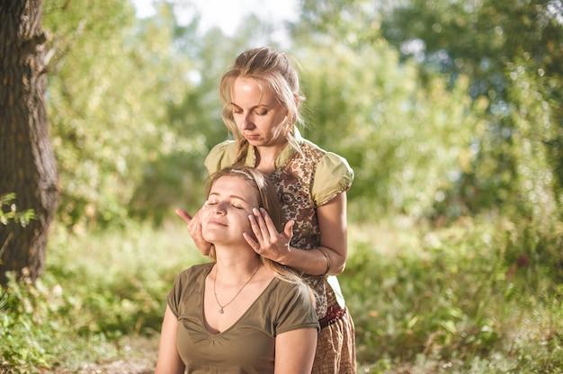 Mestre massoterapeuta dá a seu cliente uma massagem refrescante na natureza.