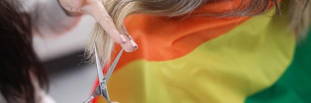 Mestre mulher corta pontas do cabelo em casa