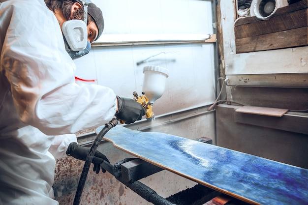 Mestre pintor em uma fábrica