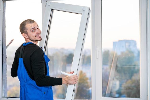 Mestre profissional na reparação e instalação de janelas, no trabalho