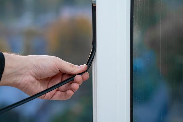 Mestre profissional na reparação e instalação de janelas