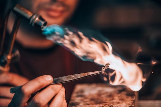 Mestre queima de metais sob alta temperatura
