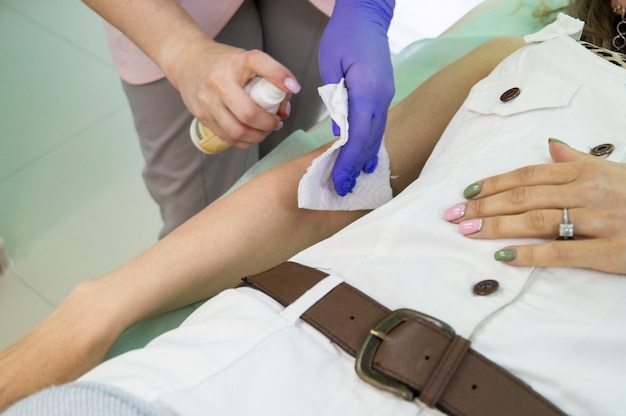 Mestre shugaring para aplicar pó corporal. procedimento natural