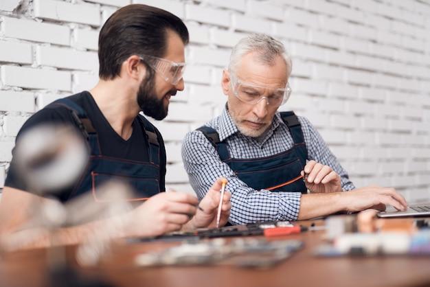 Mestres de desmontagem do smartphone fixing gadget.