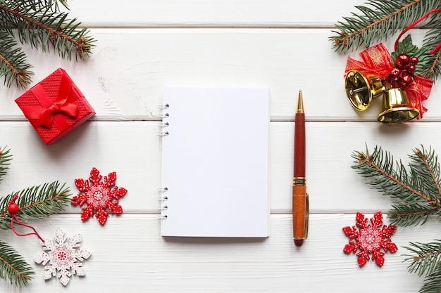 Meta de ano novo ou lista de tarefas festivas mesa e caderno para escrever metas ou resultados do ano