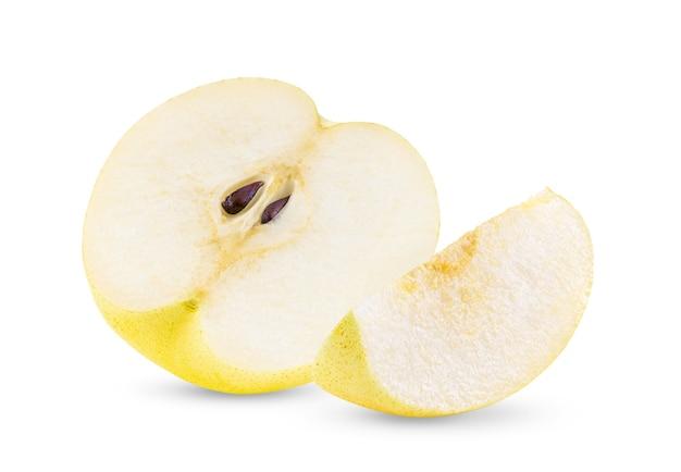 Metade da fruta amarela da pêra isolada no branco