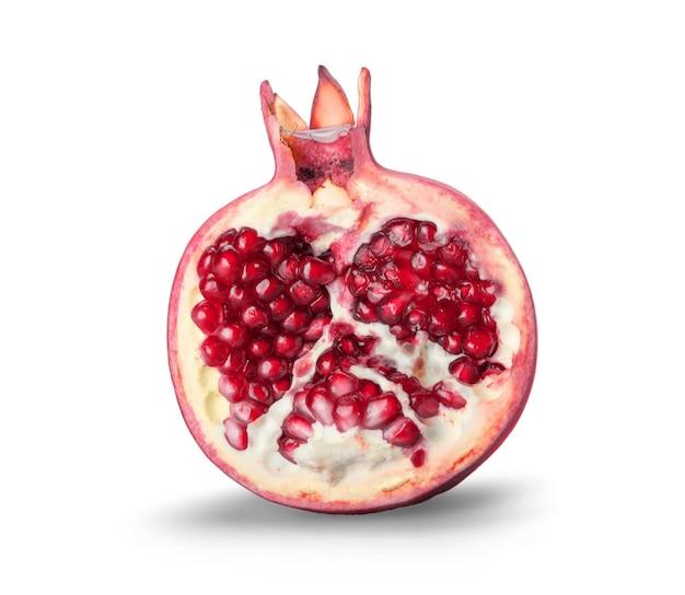 Metade da fruta da romã madura no fundo branco