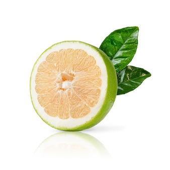 Metade da fruta doce madura com folhas verdes, isoladas no fundo branco. fechar-se